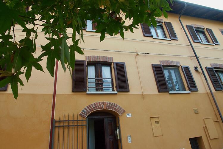 In Cuneo - Via Basse San Sebastiano, 18 vi proponiamo di acquistare questa grande cascina ristrutturata con giardino privato.