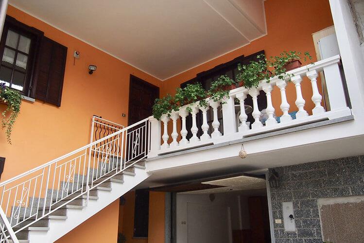 Casa indipendente a Boves in vendita composta da soggiorno, cucina, 3 camere, bagno, cantina, autorimessa, tavernetta, lavanderia e giardino privato